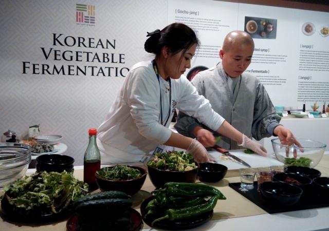 Preparando ensaladas coreanas